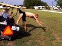 分享视频 男子跃过高尔夫球车出糗 裤衩给挂住了!