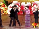 """今年元宵晚会上,导演组安排了""""挑战春晚""""环节,""""毒舌女王""""蔡明和潘长江没有再表演小品,而是重新演绎了春晚上李健和孙俪合唱的《风吹麦浪》。不过在演唱完之后,蔡明还是不忘展示自己的""""毒舌""""功力,再次对朱军、李咏、毕福剑进行了调侃,称李咏的..."""