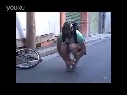蛋疼!牛人竟然能骑比手掌还小的自行车