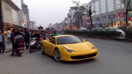 苏州观前街美罗店惊现两辆法拉利458