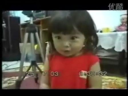 超可爱小女孩自拍唱歌影像!