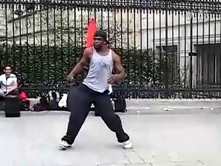 巴黎街头艺人的肌肉震动舞