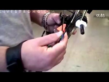 如何正确使用复合弓的撒放器进行射箭