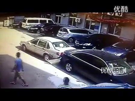 奥迪车违章停靠堵路 大众男怒撞[高清版]