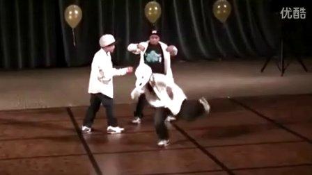 视频封面:三黑人小孩超酷舞蹈接力!