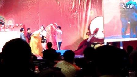 视频封面:美女魔术师表演魔术