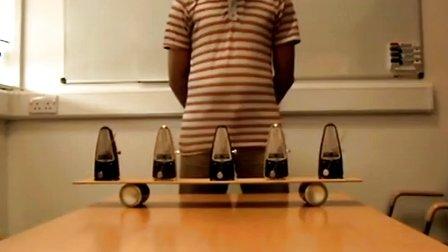 钟摆实验:用两个易拉罐让所有钟摆节奏一致