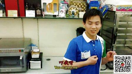 老外用牛蛙在KFC店恶搞店员