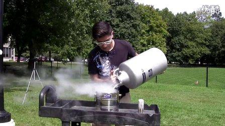 碉堡了!牛人用液氮完成冰桶挑戰