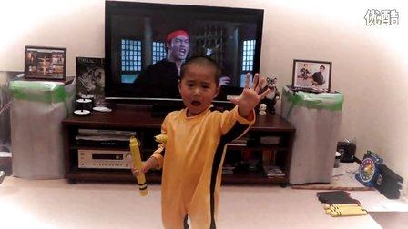 5岁小朋友模仿李小龙耍双节棍 与电影画面神同步